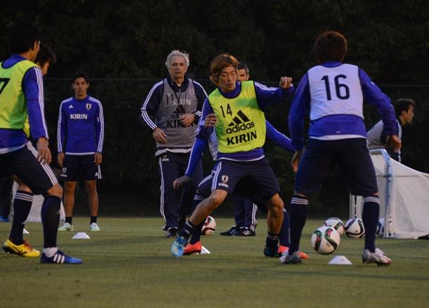 練習でボールを奪い合う選手たち。後方はハリルホジッチ監督=2015年5月12日、千葉県習志野市