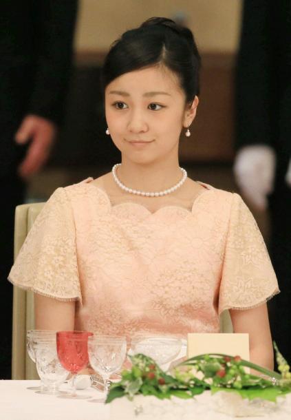 フィリピンのアキノ大統領を招いた宮中晩餐会に出席した秋篠宮ご夫妻の次女、佳子さま=3日午後7時36分、皇居・宮殿「豊明殿」、代表撮影