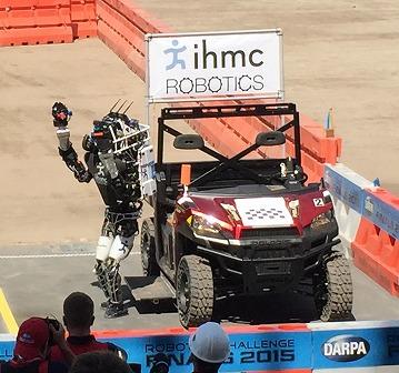 写真・図版 : 写真4、車から自力で降りるロボット
