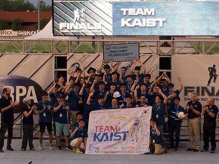 写真・図版 : 写真6、優勝に歓喜する韓国のチームKAIST