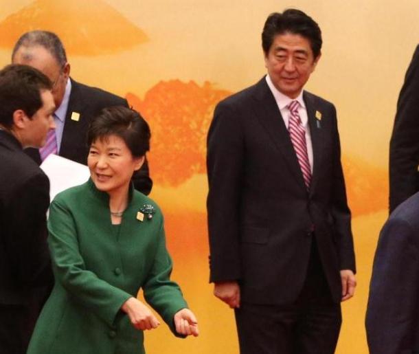 APECに参加した各国首脳との記念撮影を終えた安倍首相。左手前は韓国の朴槿恵大統領=11日午前11時45分、北京の雁栖湖国際会議場、代表撮影