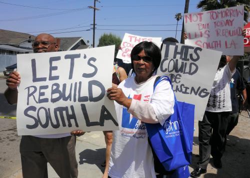 写真・図版 : 「ロサンゼルス市南部を再建しよう」。ロサンゼルス暴動から20年の日に黒人らは暴動現場の近くを練り歩いた =2012年4月29日、藤えりか撮影