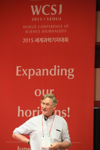 写真・図版 : ソウルで開かれた科学ジャーナリスト世界会議で講演するティム・ハント氏=6月8日午前、北大物質科学リーディングプログラム提供