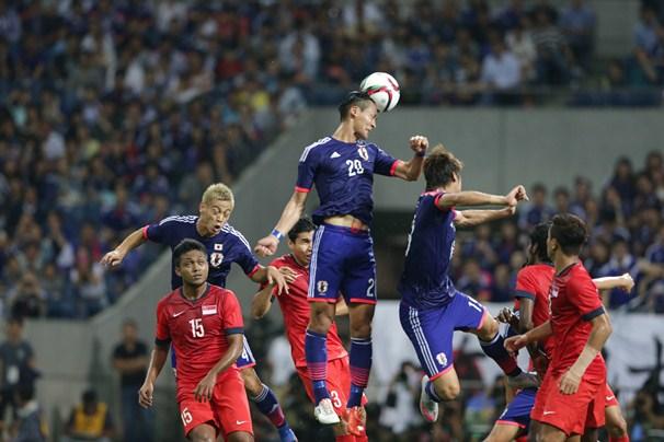 シンガポール戦の前半、右コーナーキックに頭であわせる槙野(20)=2015年6月16日、埼玉スタジアム