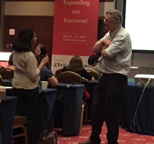 写真・図版 : 科学ジャーナリスト世界会議の初日午前の講演で、インドのジャーナリストからの質問に答えるティム・ハント氏。昼食会はこの後だった=6月8日、ソウル