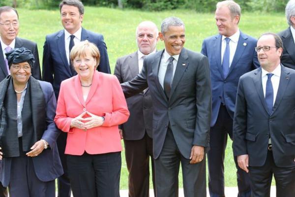 G7の拡大会合後の記念写真に納まる首脳ら=2015年6月、ドイツ・エルマウ、代表撮影