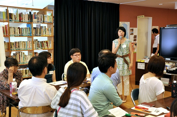 ブリッジ・フォー・ピースのワークショップで、元日本兵と、日本軍から被害を受けたフィリピンの人たちの証言映像を見て感想を話し合う参加者。神直子さんが司会を務めた=2013年8月、名古屋市名東区