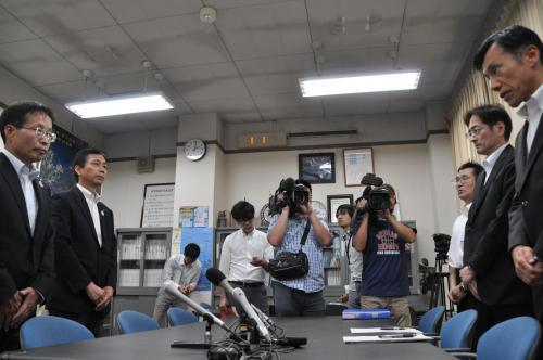 滋賀県に伝えずにクマを放したことを謝罪する三重県農林水産部の職員(左)=滋賀県庁で