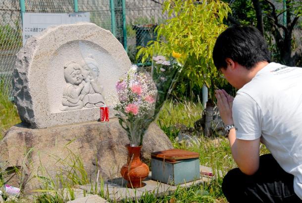 神戸連続児童殺傷事件の現場に建てられた慰霊碑「なかよし地蔵」2007年