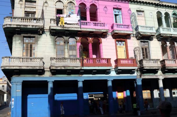 写真・図版 : あまりにも鮮やかな壁。ハバナで=撮影・筆者