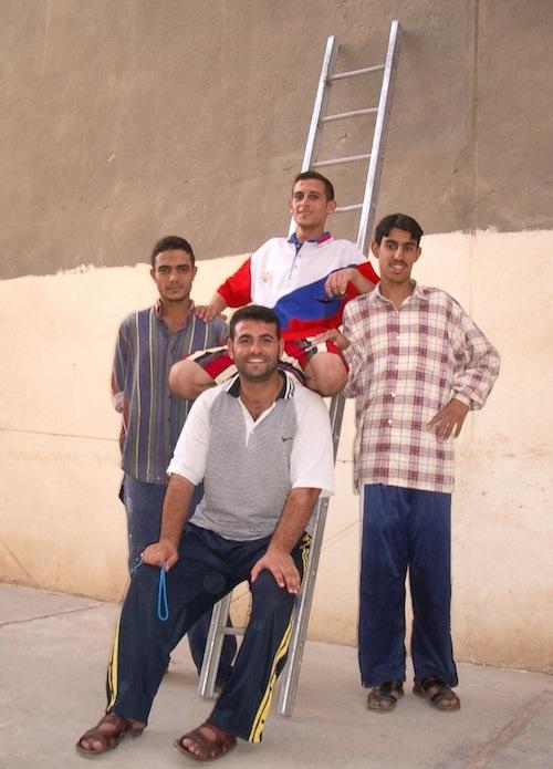フセイン像の引き倒しに参加した若者たち=2003年7月=撮影・筆者
