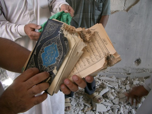 ファルージャで米軍が占拠した民家から見つかった切り裂かれたコーラン=2004年5月、撮影・筆者