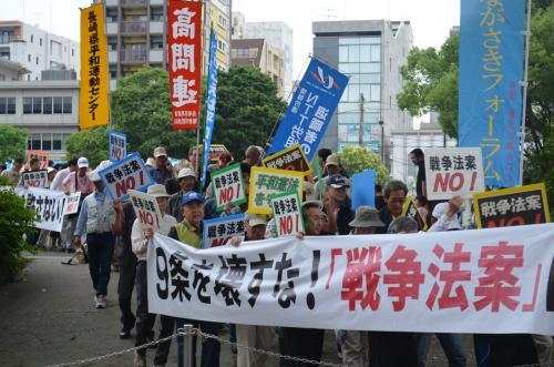 写真・図版 : 安全保障関連法案に反対の声を上げながらデモ行進する人たち=7月5日、長崎市魚の町、八尋紀子撮影