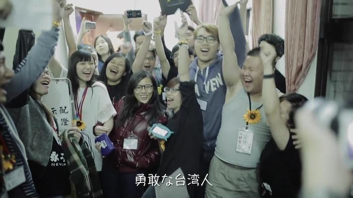 運動の象徴となったロックバンドの歌を歌う台湾の学生たち=「家に帰ろう」から