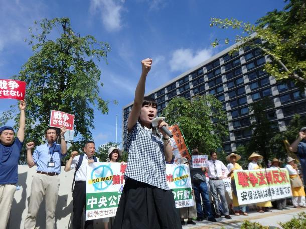 国会前で抗議の声をあげる人たち=13日午前8時30分、東京都千代田区の国会議事堂前 20150713