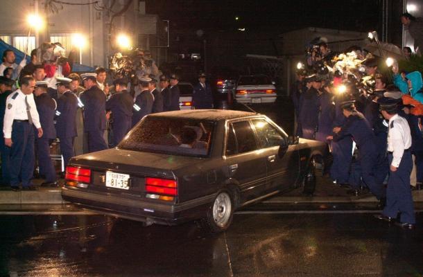 写真・図版 : 高校生を乗せ、豊川署に入る乗用車=2000年5月