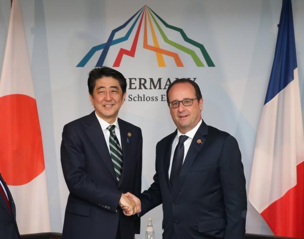 フランスのオランド大統領(右)と安倍晋三首相=2015年6月、ドイツ・エルマウ