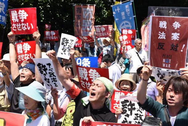国会に向かって安保関連法案の採決に抗議する人たち=1520150715
