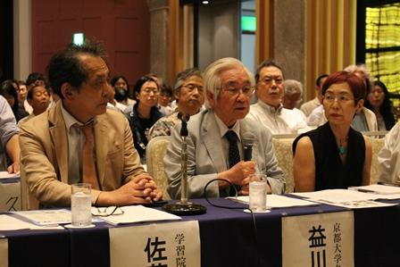 「安保法案に反対する学者の会」の会見で発言する益川敏英さん(中央)ら=東京都・学士会館