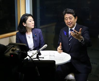 インターネット番組に出演し、集団的自衛権について説明する安倍晋三首相(代表撮影)
