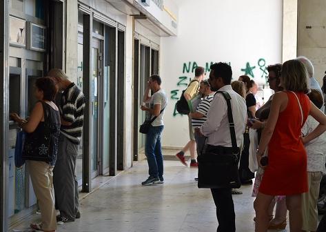 写真・図版 : 窓口営業が再開した銀行を訪れる人々=2015年7月20日午前、アテネ、山尾有紀恵撮影