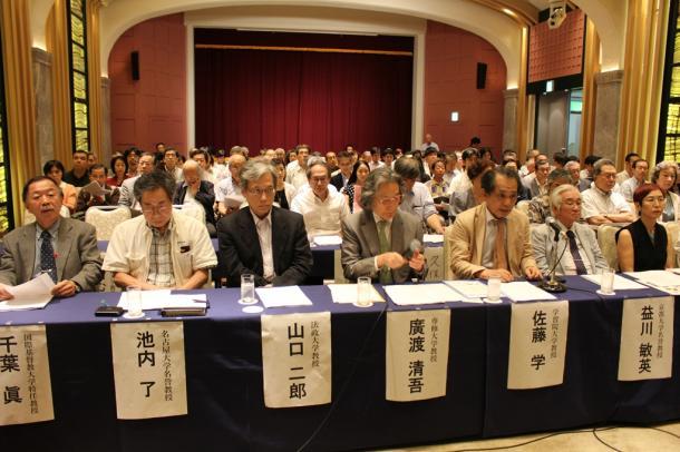 写真・図版 : 安保法案に反対し記者会見する約150人の学者たち=2015年7月20日、東京都千代田区の学士会館