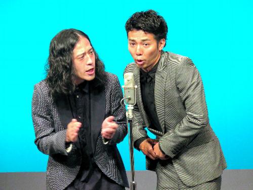 芥川賞受賞後、初めてライブの舞台に立った「ピース」の又吉直樹さん(左)=千葉市のよしもと幕張イオンモール劇場、よしもとクリエイティブ・エージェンシー提供