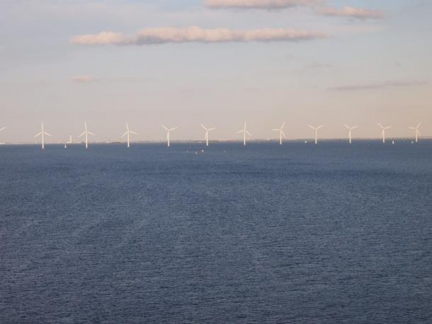 コペンハーゲンの港から沖合に並ぶ風車