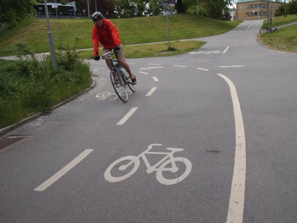 写真・図版 : ストックホルムの自転車専用レーン=撮影・筆者