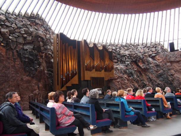 写真・図版 : ヘルシンキの「岩の教会」=撮影・筆者