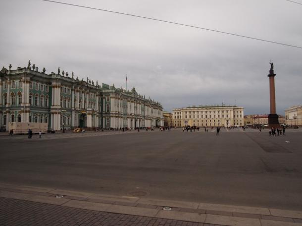 写真・図版 : ロシア革命の舞台となった冬宮前の広場=サンクトペテルブルグ、撮影・筆者