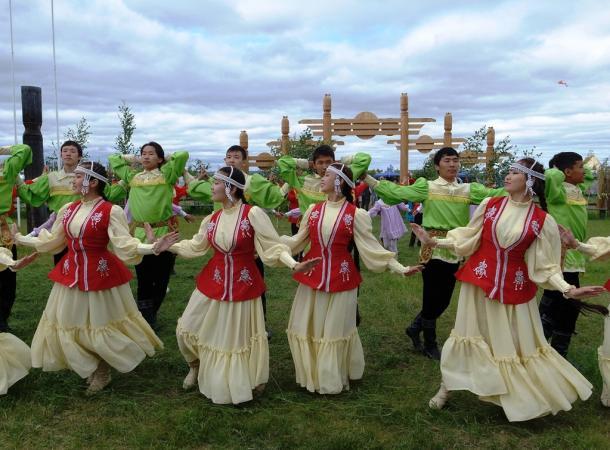「ウイスィアフ」の祭りで民族衣装を着て踊るヤクート人の若者たち=6月27日、ヤクーツク郊外のウス・ハティン地区で大野正美撮影