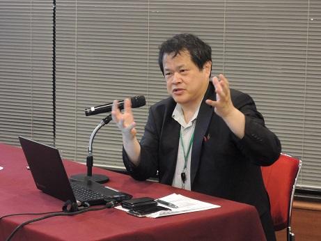 写真・図版 : 講演する日本医療研究開発機構の末松誠・理事長=2015年8月5日、東京で