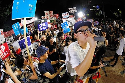 写真・図版 : 国会前で抗議の声を上げる学生ら参加者=2015年8月7日午後7時55分、東京都千代田区、関田航撮影(魚眼レンズを使用)