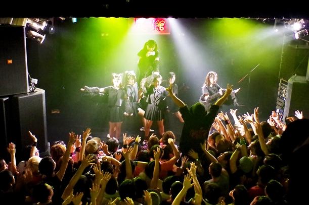 メジャーデビューを目ざしライブハウスなどで活動する「地下アイドル」のファンには社会人も目立つという=2014年10月、東京都内