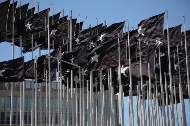 写真・図版 : 2007年、同じ場所にはためいた、「黒い旗」。ものすごいインパクトだった=撮影・筆者