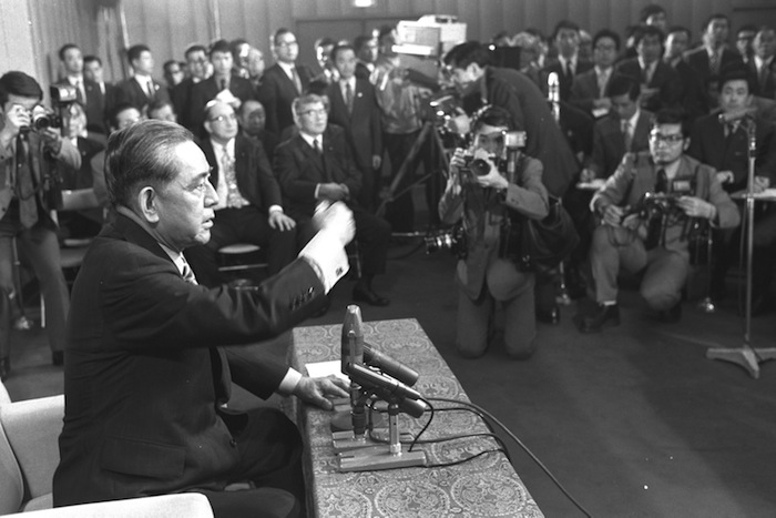写真・図版 : 「引退表明」の記者会見で、「新聞記者は外へ出て下さい」と、机をたたく佐藤栄作首相=1972年6月