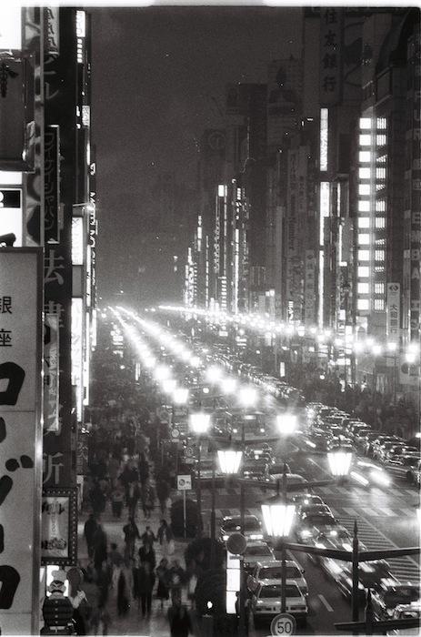 昭和天皇の崩御で、ネオンが消えた銀座=1989年1月