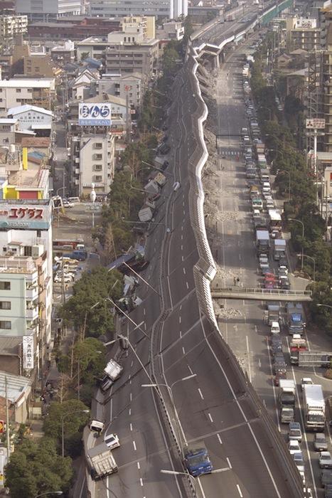 地震で横倒しになった阪神高速道路=1995年1月