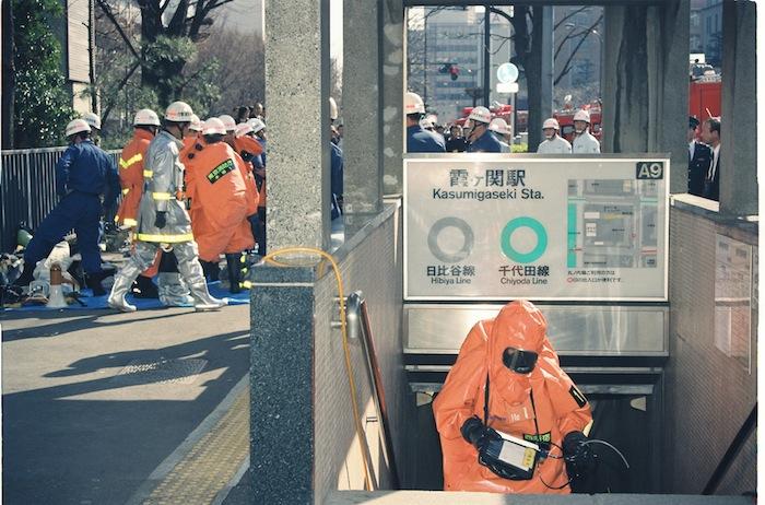 オウム真理教による地下鉄サリン事件では多くの死傷者が出た=1995年3月