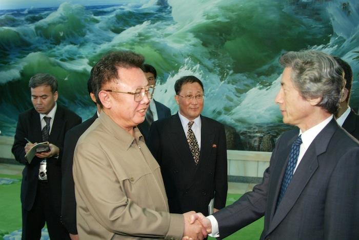 写真・図版 : 朝鮮民主主義人民共和国の金正日総書記と握手する小泉純一郎首相=2002年9月