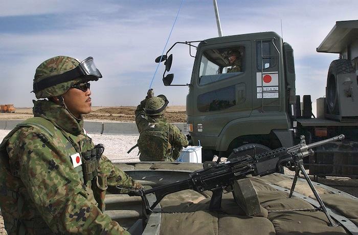 イラクのサマワに派遣された陸上自衛隊=2004年2月