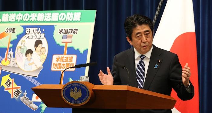 写真・図版 : 集団的自衛権の行使容認について記者会見する安倍晋三首相=2014年5月
