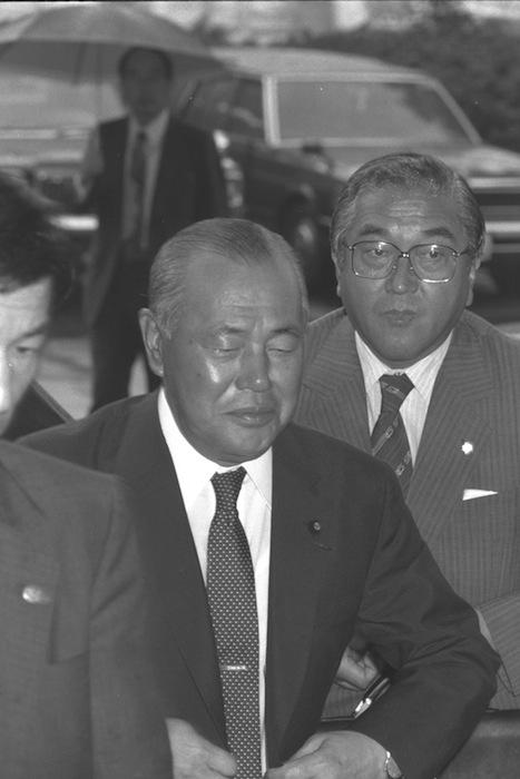 ロッキード事件裁判で東京地裁に出頭する田中角栄被告。右後ろは早坂茂三秘書=1982年9月8日、東京都千代田区霞が関