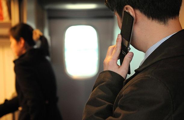 東海道新幹線のデッキで携帯電話の通話をするのは日常風景だ=2012年2月、JR新大阪駅
