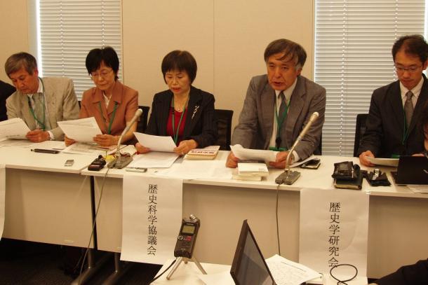 声明を発表する歴史学団体の代表者ら=東京都千代田区 20150525