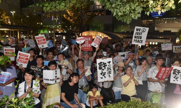 安保関連法案に反対する「SEALDs KANSAI」の街頭演説に聴き入る人たち=14日午後7時46分、京都市下京区の京都駅前20150814