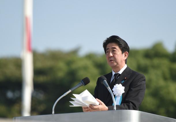 平和記念式典で話す安倍晋三首相