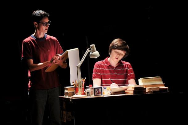 写真・図版 : 中アリソン(エミリー・スケッグス=右)と大アリソン(ベス・マローン) ©Jenny Anderson