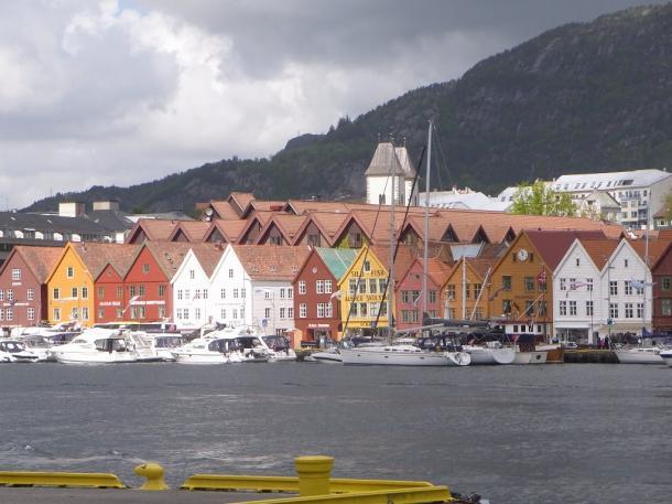 ベルゲンの湊に沿って建つ木造の家並